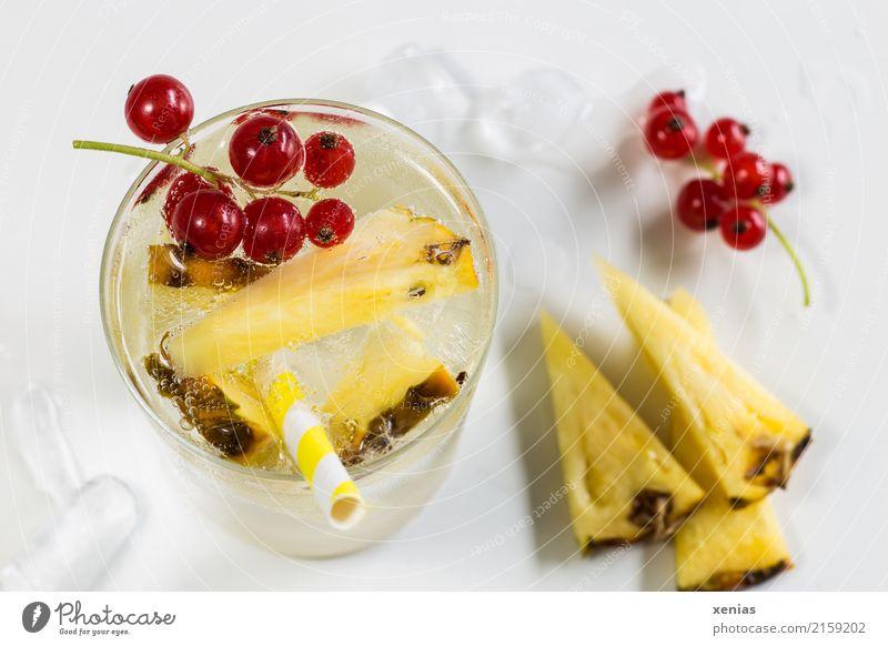 Sommergetränk mit Ananas und roten Johannisbeeren Frucht Eiswürfel Vitamin Bioprodukte Vegetarische Ernährung Getränk Erfrischungsgetränk Trinkwasser Glas