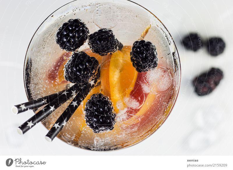 Aromatisiertes Wasser mit Brombeeren und Nektarine Gesunde Ernährung weiß schwarz kalt Gesundheit orange Frucht frisch Glas genießen süß Trinkwasser Getränk