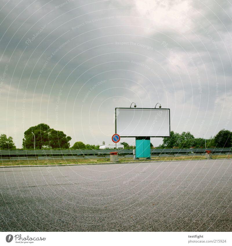 keine werbung weiß Landschaft Wolken Wege & Pfade trist Verkehr leer Asphalt Verkehrswege Werbung Straßenverkehr Anzeige Verkehrsschild Wolkenhimmel Leitplanke Plakatwand