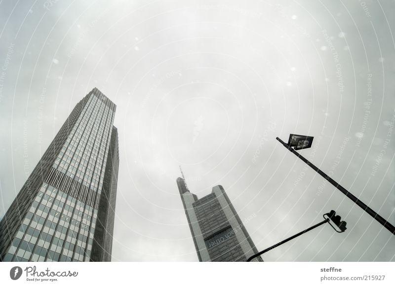 Investmentbanker mögen Schnee Himmel Stadt Schnee Schneefall Hochhaus Bankgebäude Laterne Skyline Frankfurt am Main Wirtschaft Kapitalwirtschaft Haus schlechtes Wetter Kapitalanlage Finanzkrise Kapitalismus