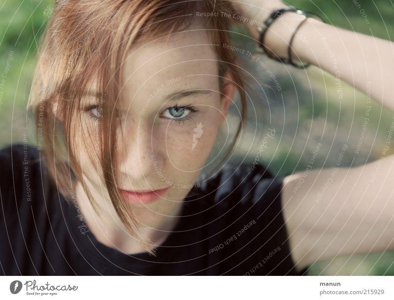 Augenblick Jugendliche schön feminin Gefühle Haare & Frisuren Denken Haut Coolness T-Shirt Lebensfreude natürlich Kindheit Neugier Freundlichkeit Wachsamkeit Frau