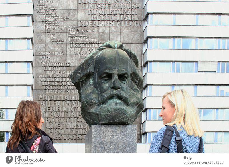 AST10 | Karl und die Mädels Mensch Frau blau weiß Erwachsene Wand feminin Mauer Stein braun Fassade Schriftzeichen Hochhaus blond Glas 45-60 Jahre