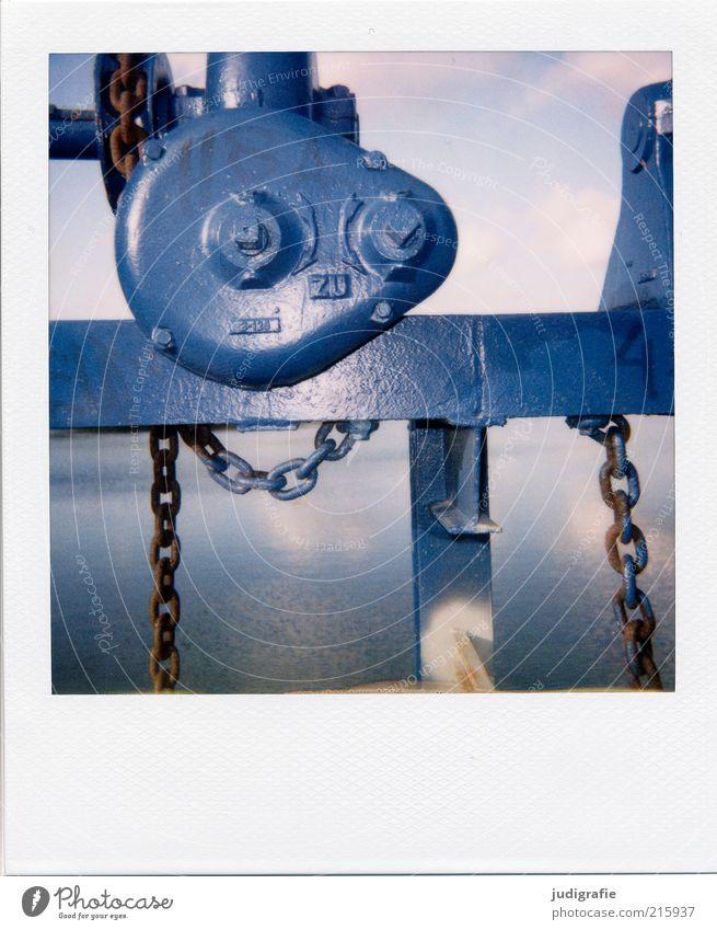 Südsee Maschine Getriebe Kette Technik & Technologie Umwelt Wasser See Metall Zeichen Schriftzeichen blau ruhig stagnierend Surrealismus Farbfoto Außenaufnahme