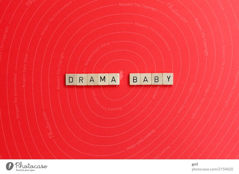 Drama Baby Spielen Schriftzeichen rot Gefühle Leidenschaft Liebe Verliebtheit Begierde Eifersucht Misstrauen Hochmut Stolz eitel Übermut dumm unbeständig