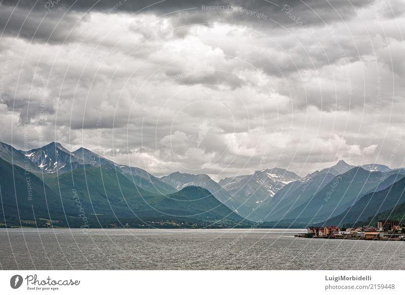 Entlang dem Romsdalsfjorden nahe Andalsnes, Norwegen Ferien & Urlaub & Reisen Tourismus Ausflug Sommer Meer Berge u. Gebirge Haus Natur Landschaft Wolken