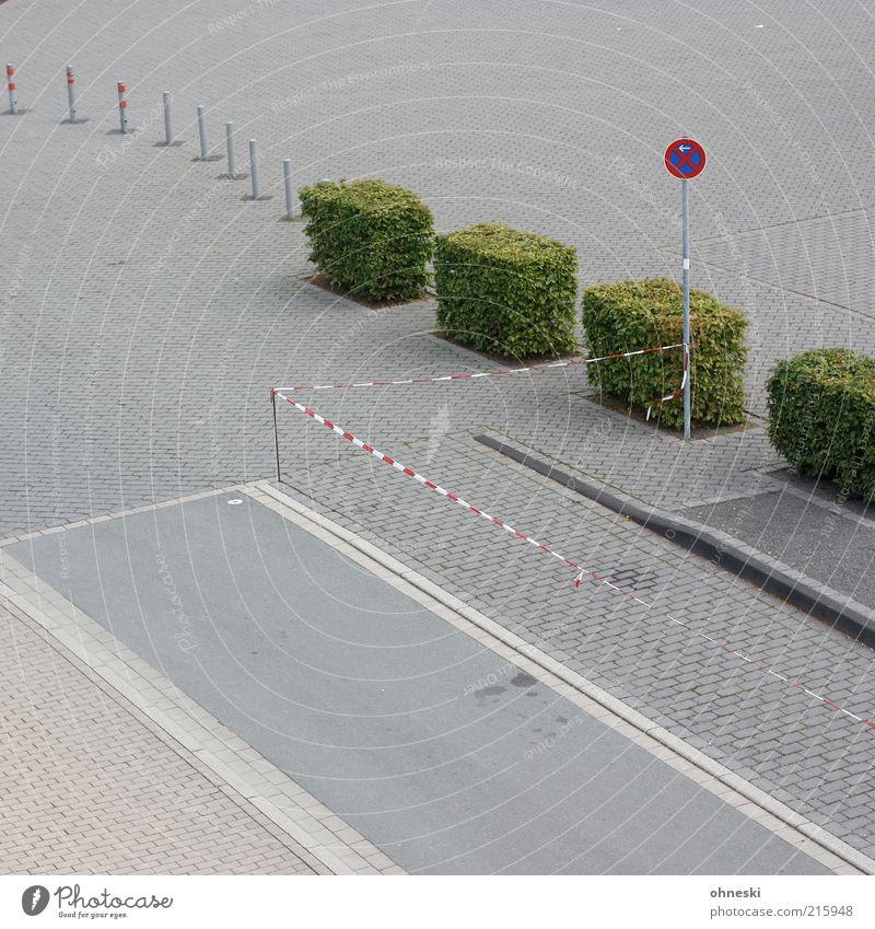 Parkprobleme Straße Wege & Pfade Beton Verkehr Ordnung Gesetze und Verordnungen trist Sträucher Asphalt Barriere Parkplatz Säule Hecke Verkehrsschild