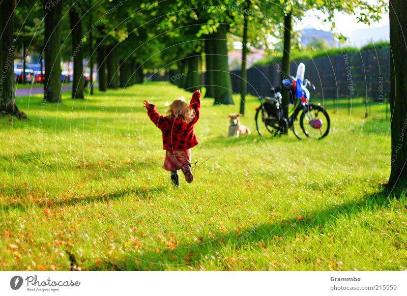 Lola rennt Mensch Kind Hund grün Baum rot Mädchen Freude Tier Gras Glück Freundschaft Park Fahrrad laufen Ausflug