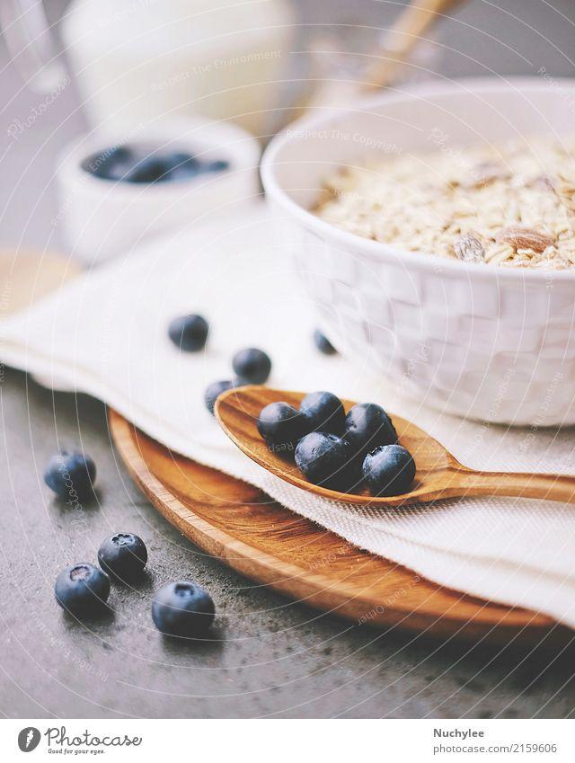 organische frische Blaubeere und Getreide mit Milch Frucht Ernährung Frühstück Bioprodukte Diät Schalen & Schüsseln Löffel Gesunde Ernährung Papier Holz lecker