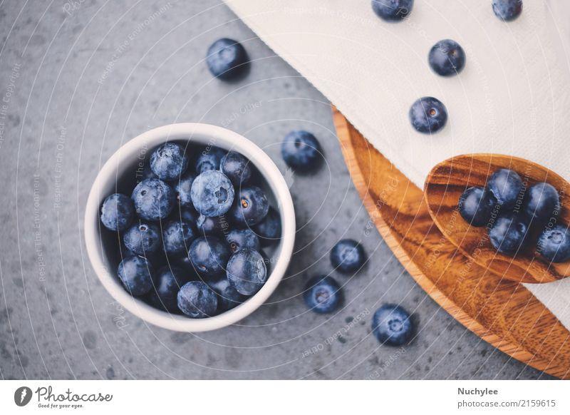 Draufsicht von organischen frischen Blaubeeren Frucht Ernährung Frühstück Bioprodukte Diät Schalen & Schüsseln Löffel Gesunde Ernährung Papier Holz lecker