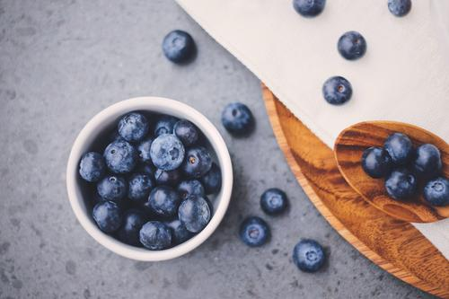 Draufsicht von organischen frischen Blaubeeren Gesunde Ernährung weiß natürlich Holz Frucht Papier lecker Bioprodukte Frühstück Beeren Schalen & Schüsseln