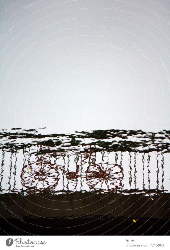 [HH10.1] - Wasserspocht Mensch Himmel Einsamkeit dunkel grau Metall Wellen Fahrrad Brücke fahren Metallwaren Geländer Brückengeländer Strebe unklar