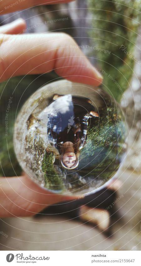 Meditieren der jungen Frau angesehen durch eine Kristallkugel Mensch Natur Jugendliche Pflanze Junge Frau Erholung Einsamkeit ruhig Berge u. Gebirge 18-30 Jahre