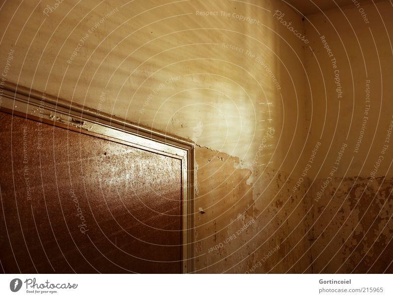 Strahlen Haus Mauer Wand Tür alt verwittert verfallen Ruine Sonnenstrahlen Sonnenlicht Strahlung Farbfoto Gedeckte Farben Innenaufnahme Muster