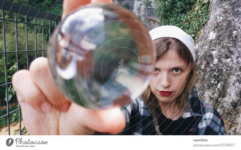 Junge Frau, die eine Kristallkugel hält Mensch feminin Jugendliche 1 18-30 Jahre Erwachsene Natur Pflanze Grünpflanze Felsen Hemd Hut blond Glas Kristalle Ball
