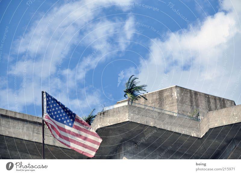 Guantanamo USA Militärgebäude Balkon Dachterrasse Wahrzeichen Fahne Politik & Staat Stars and Stripes Palme Farbfoto Außenaufnahme Gebäude Fassade Blauer Himmel