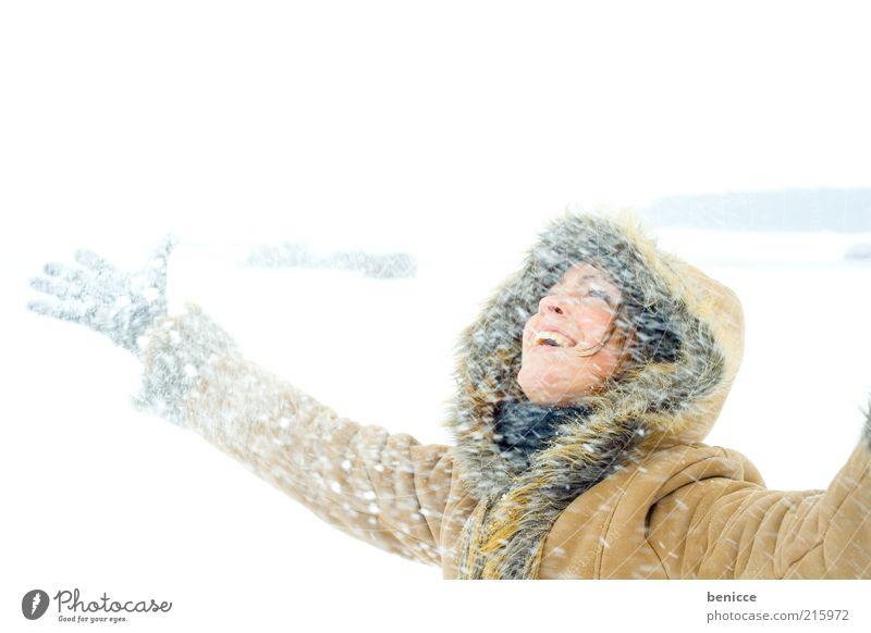 Schnee Frau Natur Himmel Freude Winter Ferien & Urlaub & Reisen kalt Schnee lachen Schneefall Lebensfreude natürlich genießen Lächeln Mantel Kapuze