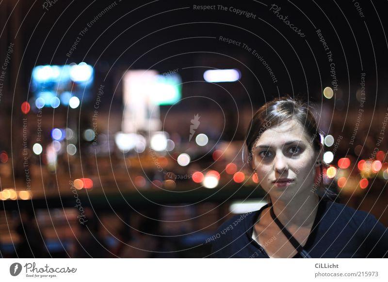 Nachtmensch Mensch Jugendliche schön Gesicht feminin Erwachsene Türkei natürlich Hemd brünett Porträt Licht langhaarig Frau Ohrringe Nachtleben