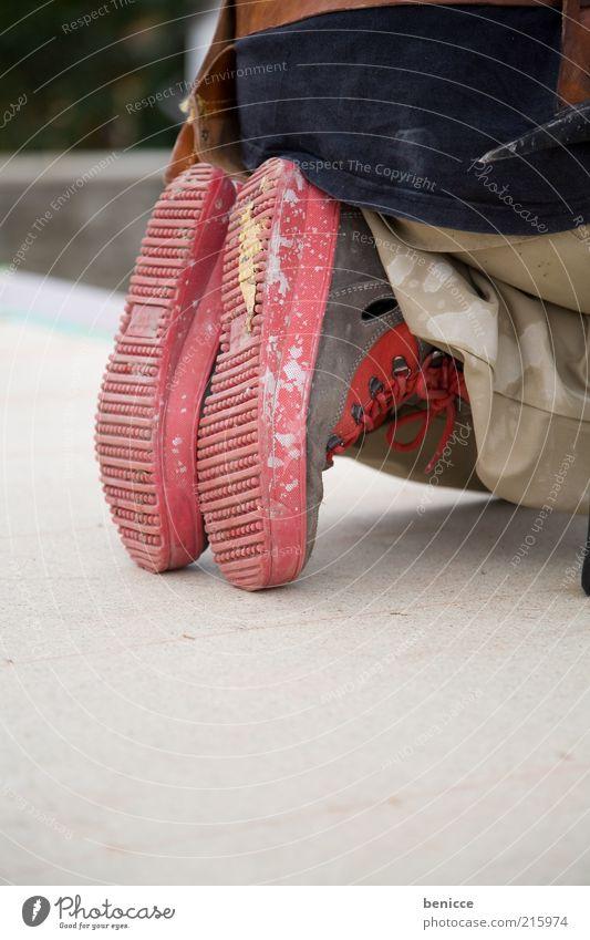 am Bau Mann rot Fuß Schuhe dreckig Baustelle bauen Bauarbeiter Detailaufnahme Beruf Mensch Arbeiter Körperhaltung Montage hockend Hockstellung
