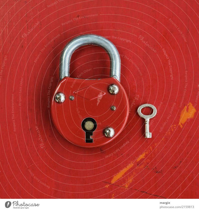 Großes rotes Schloss mit viel zu kleinem Schlüssel Häusliches Leben Werkzeug Technik & Technologie Sicherheit Vorhängeschloss Türschloss Größenvergleich groß