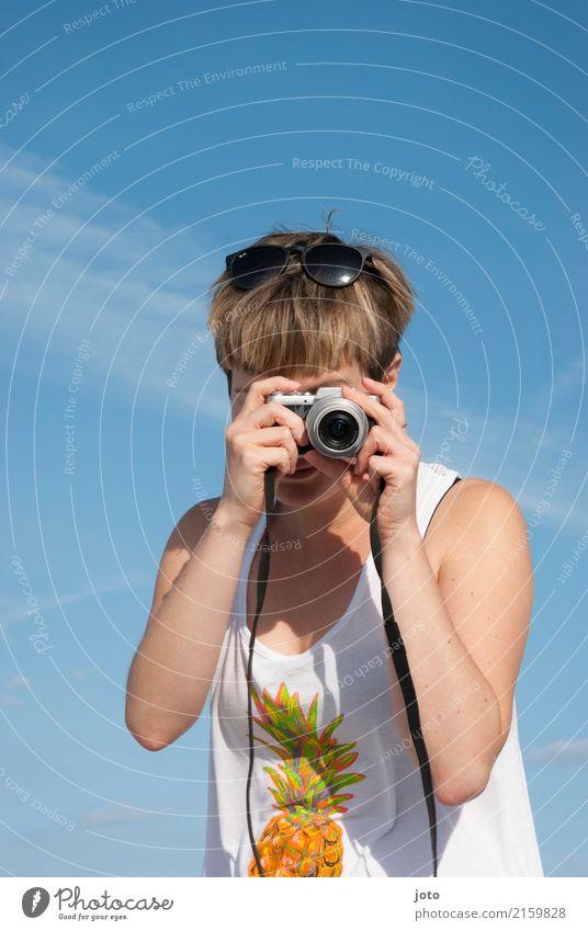 Motivsuche Freude Leben Zufriedenheit Freizeit & Hobby Ferien & Urlaub & Reisen Tourismus Ausflug Freiheit Sightseeing Sommer Sommerurlaub Fotokamera Junge Frau