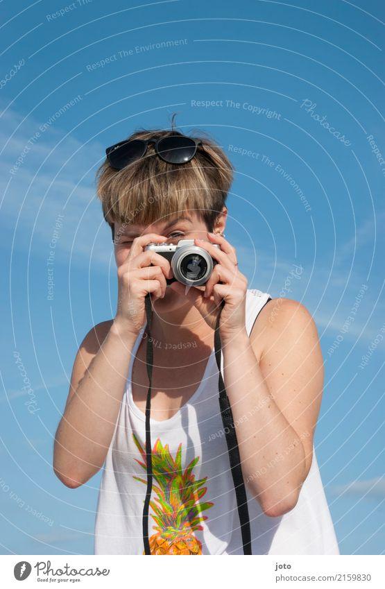 Bitte lächeln! Freude Leben Freizeit & Hobby Ferien & Urlaub & Reisen Tourismus Ausflug Sightseeing Sommer Sommerurlaub Fotokamera Junge Frau Jugendliche