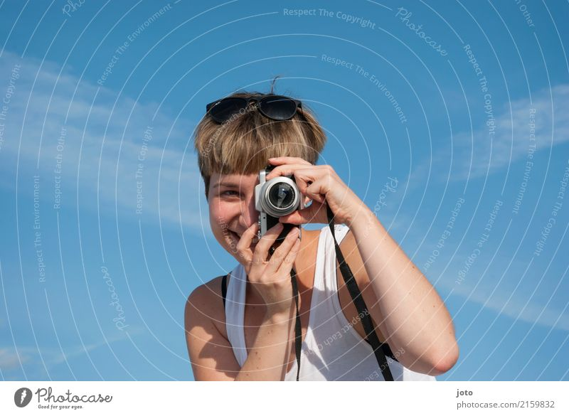 Im Fokus Freude Glück Leben Zufriedenheit Freizeit & Hobby Ferien & Urlaub & Reisen Tourismus Ausflug Sightseeing Sommer Sommerurlaub Fotokamera Junge Frau
