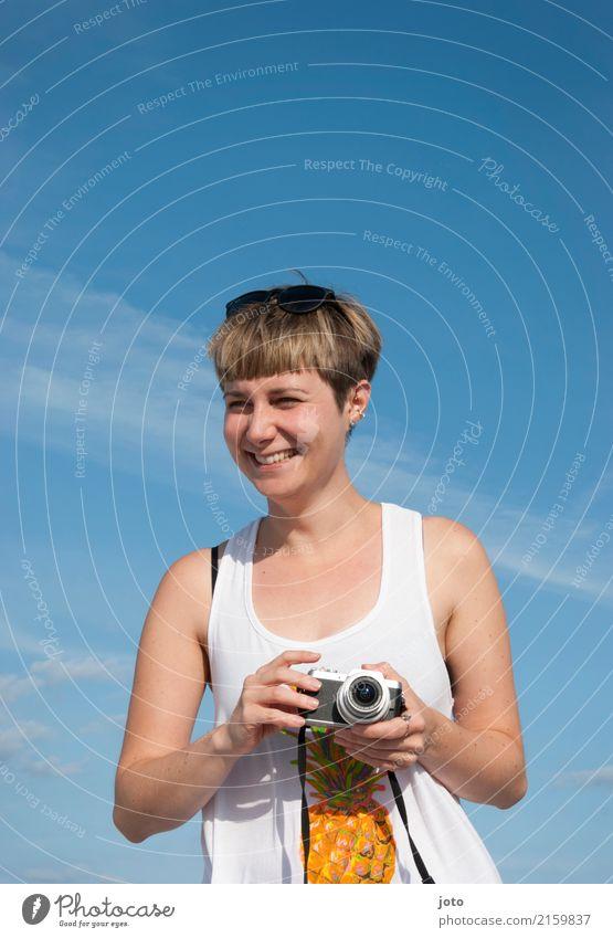 Sommerlaune Freude Glück Leben Zufriedenheit Freizeit & Hobby Ferien & Urlaub & Reisen Tourismus Ausflug Freiheit Sightseeing Sommerurlaub Fotokamera Junge Frau