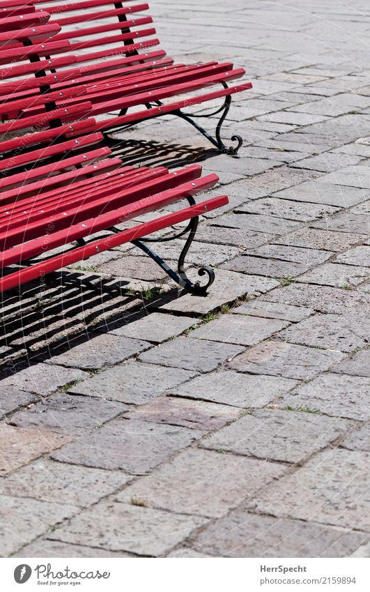 Doppelsitzer Venedig Holz Metall grau rot Linie Parkbank Sitzgelegenheit leer Kopfsteinpflaster Perspektive Farbfoto Außenaufnahme abstrakt Muster