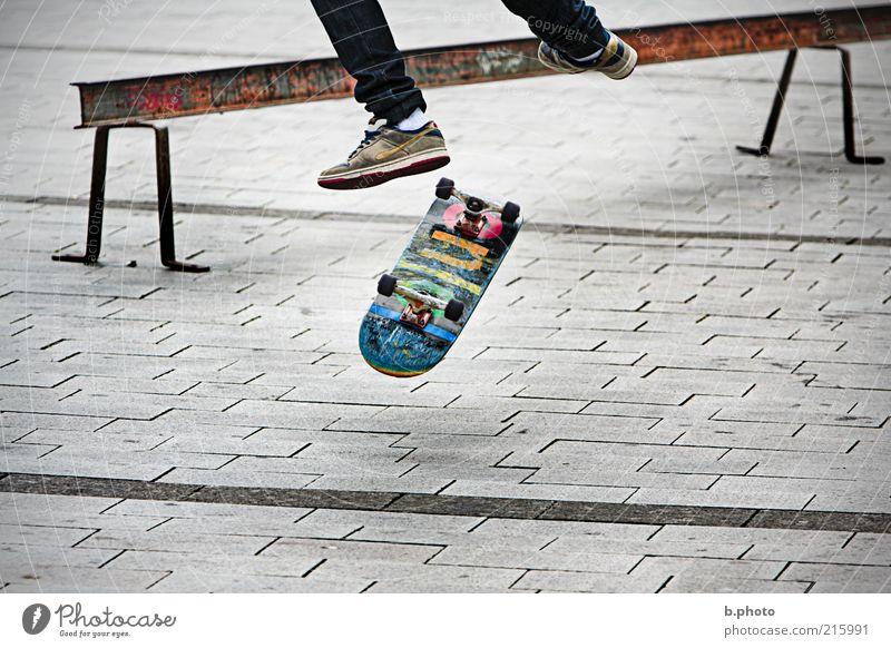 in the air Mensch Jugendliche Freude Sport springen Spielen Freiheit grau Fuß Beine Platz Freizeit & Hobby außergewöhnlich Skateboarding Dynamik