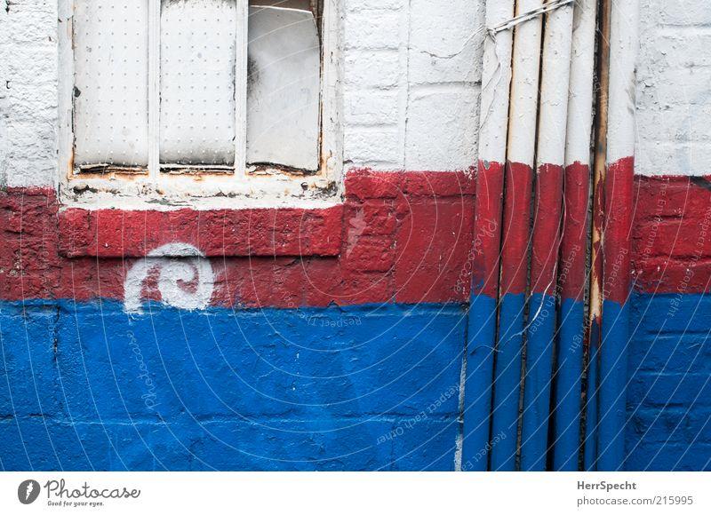 Patriotism in Soho weiß blau rot Haus Farbe Wand Fenster Mauer Fassade Backstein Röhren Verfall schäbig Anschnitt Bildausschnitt Rohrleitung