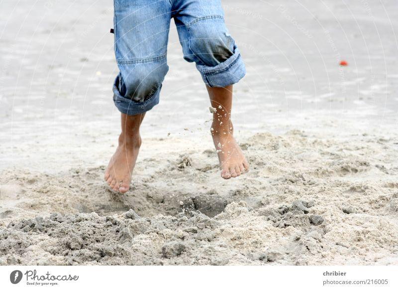 Endlich Ferien! Freiheit Strand Kind Beine Fuß Barfuß 1 Mensch Umwelt Sand Sommer Küste Kniepsand Jeanshose springen toben frei blau Lebensfreude lustig
