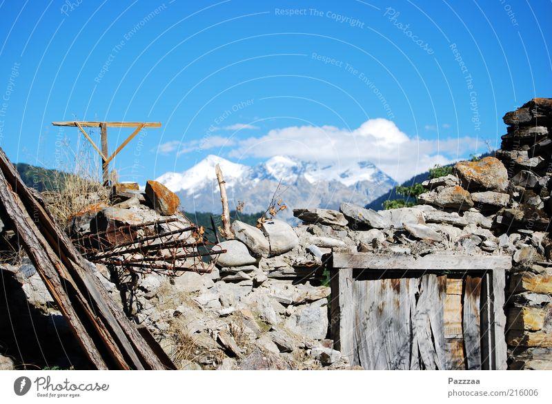 Ehemaliges Zimmer mit Aussicht alt Landschaft Haus Ferne Berge u. Gebirge Wand Mauer Stein Luft Tür Schönes Wetter kaputt Gipfel verfallen Schneebedeckte Gipfel Verfall