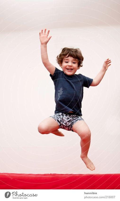 hü-hüpf Mensch Kind blau weiß rot Freude Leben Spielen Junge Bewegung lachen springen lustig Gesundheit Kindheit maskulin