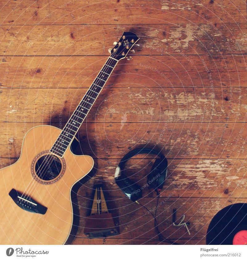 Musik – mein Leben Gitarre Schallplatte braun Metronom Kopfhörer Boden liegen Freizeit & Hobby hören Kapodaster alt Holzfußboden Stillleben akustisch
