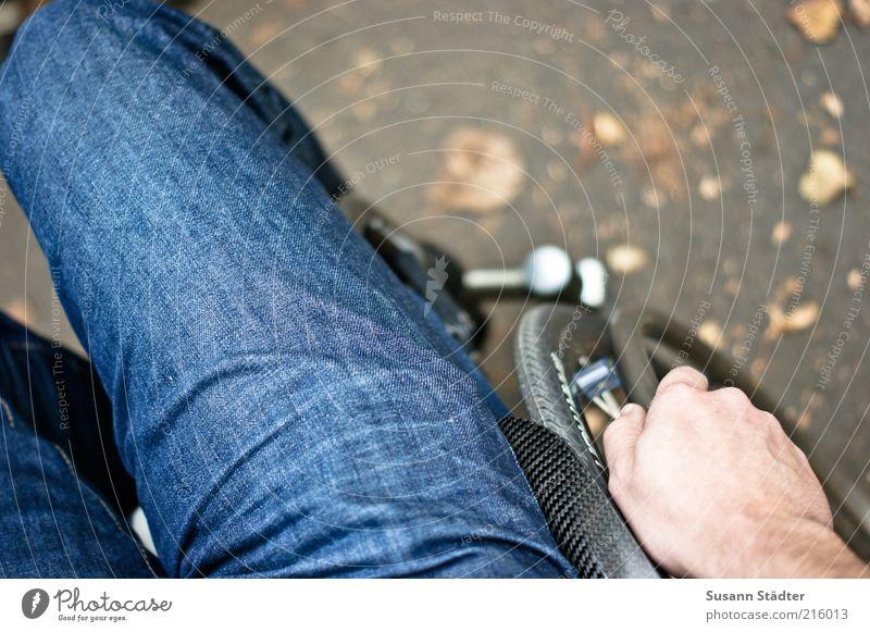 alles anders Hand sitzen maskulin authentisch Jeanshose Krankheit Jeansstoff Mobilität selbstbewußt Bildausschnitt Behinderte Schicksal Anschnitt Selbstständigkeit Problematik Rollstuhl