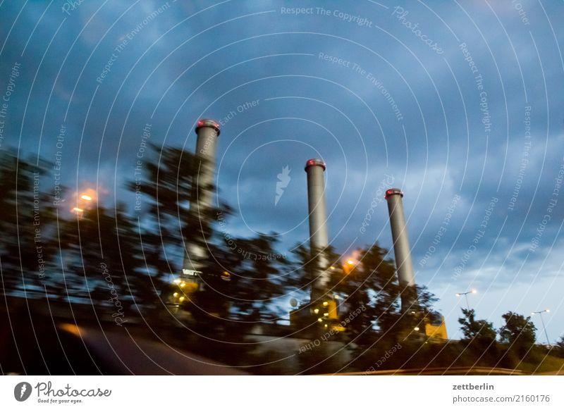 Kraft Stromkraftwerke Heizkraftwerk Schornstein 3 Abend Feierabend Nacht Dämmerung Himmel Himmel (Jenseits) Wolken Wetter Regen Bewegungsunschärfe Autobahn