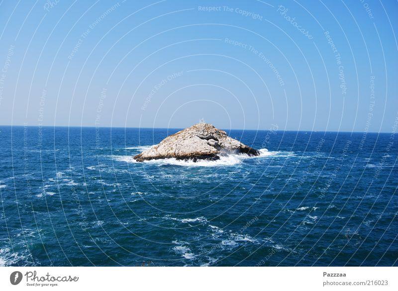 Gerade Insel, schiefes Meer. Ferien & Urlaub & Reisen Sommerurlaub Wellen nass blau Schwarzes Meer Gischt schäumen Blauer Himmel Horizont Türkei Felsen Farbfoto