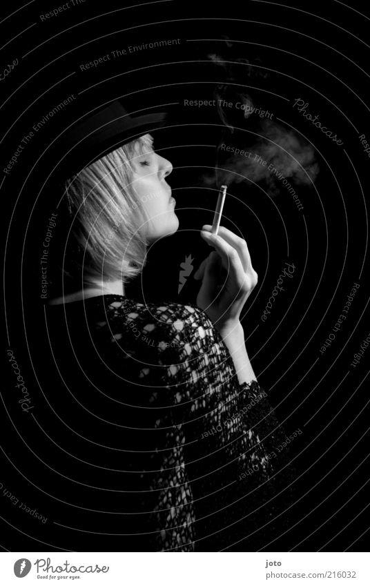 benebelte Sinne Frau ruhig Erwachsene dunkel Traurigkeit elegant ästhetisch Rauchen Hut Theaterschauspiel Dame genießen Rauch Rauschmittel Zigarette reich