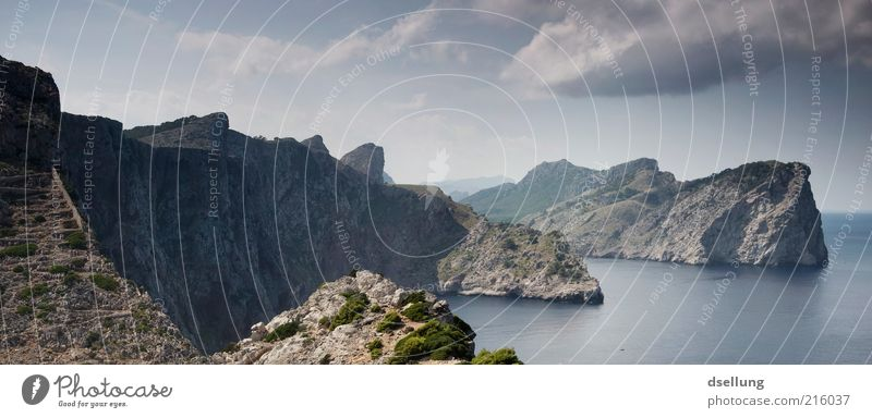 Mallorca II Wasser Himmel Meer grün blau Pflanze Sommer Wolken Ferne kalt grau Wärme Landschaft Küste Felsen Erde