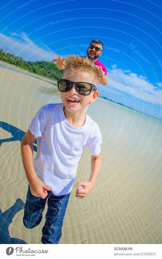 Vater und Sohn, die entlang den tropischen Strand laufen Mensch Kind Natur Ferien & Urlaub & Reisen Mann blau Sommer Farbe schön weiß Landschaft Meer Freude