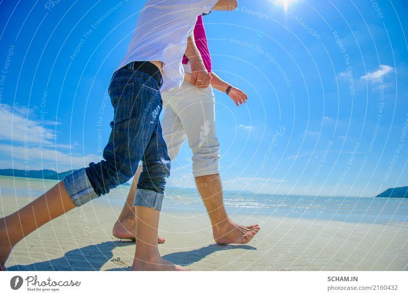 Vater und Sohn, die entlang den tropischen Strand, Gesichter versteckt gehen Mensch Kind Himmel Ferien & Urlaub & Reisen blau Sommer schön weiß Sonne Landschaft