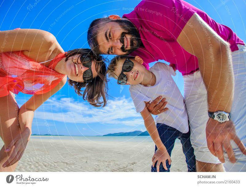 Vater, Mutter und Sohn, die Spaß auf dem tropischen Strand haben Sommer Landschaft Meer Freude Lifestyle Spielen Zusammensein Kindheit Lächeln Fröhlichkeit