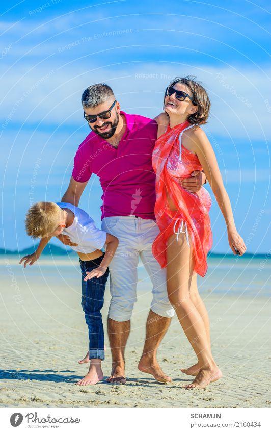 Glückliche Familie an trojoing Zeit des tropischen Strandes zusammen. Lifestyle Freude Spielen Sommer Meer Insel Kindheit Landschaft Sonnenbrille Vollbart