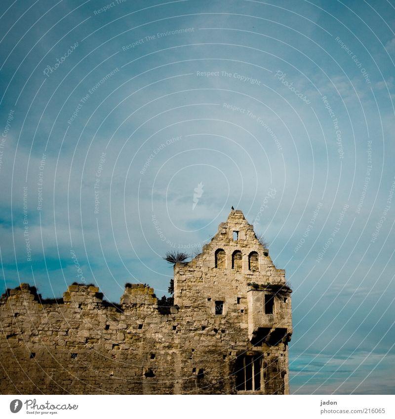 komm auf mein schloss! Himmel alt Wolken Haus Fenster Wand Stein Mauer Wohnung Fassade Felsen Turm Wandel & Veränderung Häusliches Leben verfallen Skyline