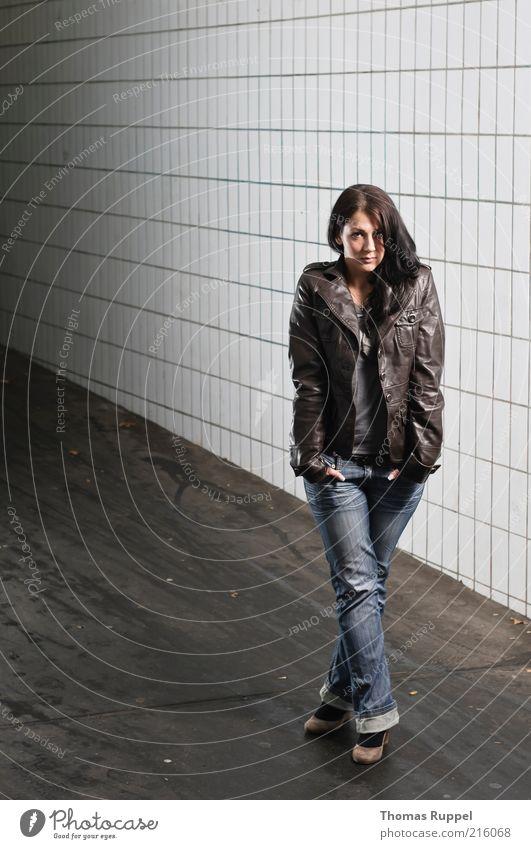 Ka. Frau Mensch Jugendliche schön Stadt feminin Wand Mauer Wege & Pfade Stimmung Erwachsene Fassade Coolness Jeanshose stehen beobachten