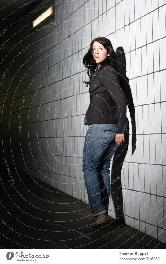 Ka.. Frau Mensch Jugendliche schön Stadt Erwachsene feminin Wand Wege & Pfade Mauer Stimmung Angst rennen gefährlich bedrohlich