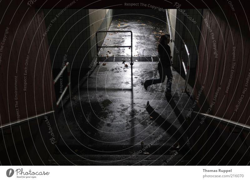 Ka... Mensch Frau Stadt Einsamkeit Erwachsene dunkel kalt Wege & Pfade Traurigkeit Stimmung Angst rennen gefährlich Fußgänger Personenverkehr unheimlich