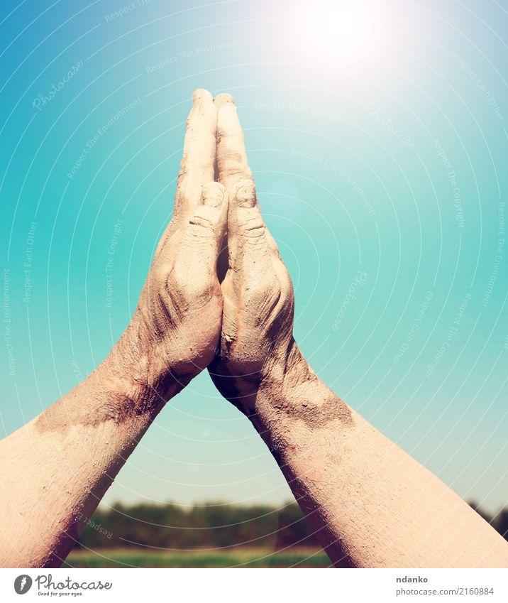 zwei männliche Hände gestapelt togethe Sonne Hand Himmel hell blau Religion & Glaube Gebet Himmel (Jenseits) gestikulieren nach oben sonnig Scheitel Farbfoto