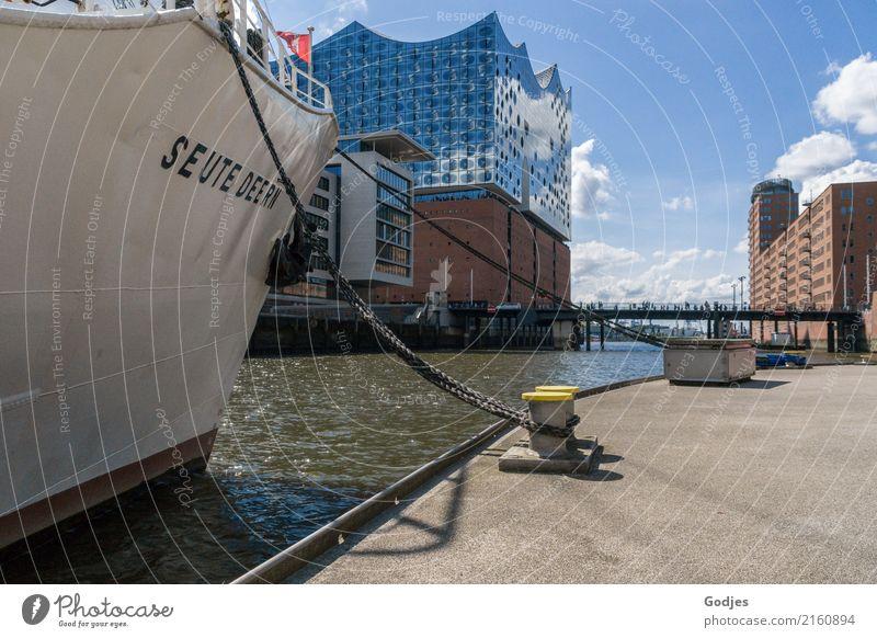 Blick auf die Elbphilharmonie entlang eines Schiffes im Binnenhafen Hamburg Deutschland Hauptstadt Hafenstadt Haus Gebäude Architektur Fußgänger Schifffahrt