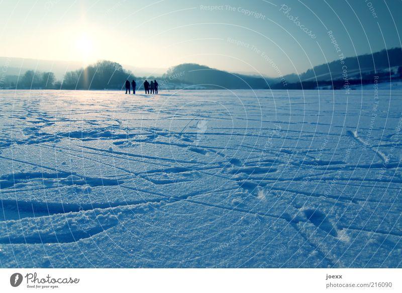 Eislauf Winter Schnee Winterurlaub Mensch Menschengruppe Natur Himmel Sonnenaufgang Sonnenuntergang Sonnenlicht Schönes Wetter Frost Feld Hügel See Erholung